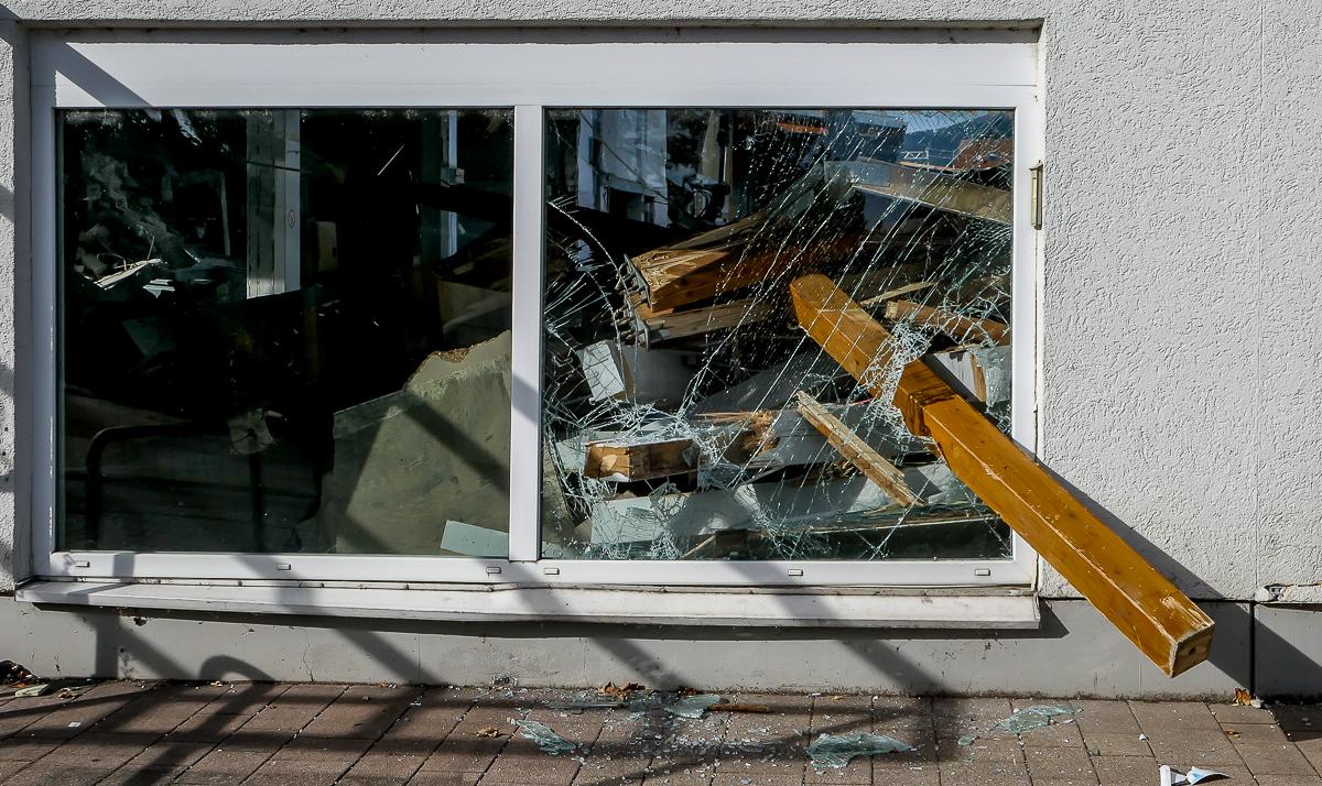 Martin Konopka : Ein Balken schaut durchs Fenster